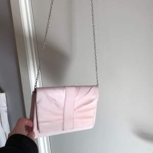 Säljer min gamla balväska som är endast är andvänd två gånger. Den är i en supersöt ljusrosa skimrig färg. Pris kan diskuterass skriv till mig vid intresse💗