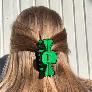 En grön handmålad hårklämma med svarta prickar! Tillverkas endast en gång! 💖 Kostar 70 kr med FRI FRAKT! 💖