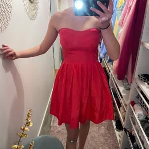 Säljer denna balklänning som aldrig har blivit använd, har bara legat i min garderob i över ett år så det var på tid att sälja den. Storlek 36 och sitter väldigt bra.