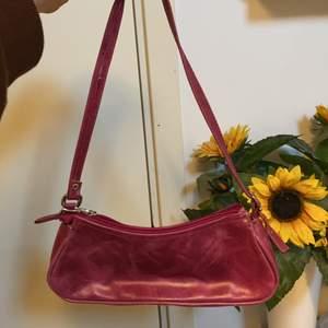 Super söt rosa vintage baguette väska. Ganska så liten så rymmer inte så mycket men verkligen jätte cool. Säljs för att den generellt inte kommer till användning. Hoppa på att få en ny cool ägare!