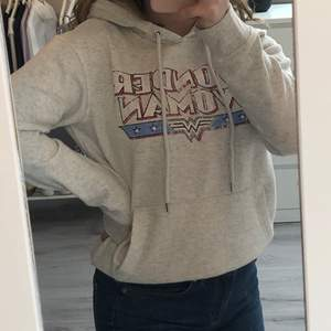 Säljer en superfin och skön grå/smutsvit hoodie från H&M. Den är i bra skick! Den är ganska kort i modellen men inte kroppad💞