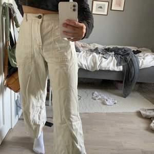Vita byxor som går till fotknölen (jag är 160cm) köpta från primark i London. Storlek 38, blivit alldeles för stora för mig..
