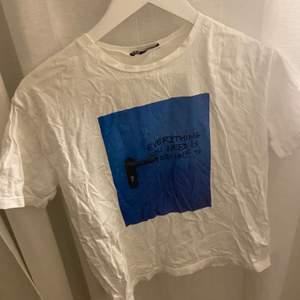 En jättefin t-shirt från zara som blivit förliten för mig.