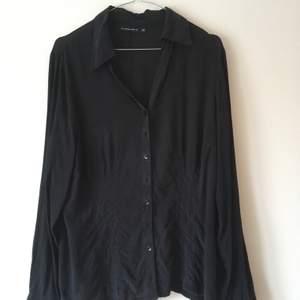 Insydd skjorta från tidigt 2000-tal i sandtvättad siden. Den har en liten lagning på ena ärmen och sträckning i sömmen mitt bak på ryggen. Fantastisk att ha på sig (som siden ju är). Hoppas den hittar en ny garderob