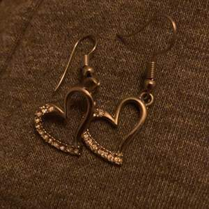 Jättefina hjärtörhöngen från ur och Penn, inte använda och inte riktigt silver, frakt står köparen för❤️❤️
