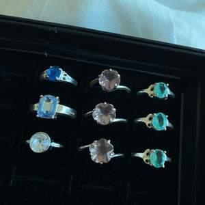 Super söta silvriga ringar med stenar i olika storlekar 🤍 Ringarna är i storlekarna XS-L, skicka privat vid frågor eller intresse🤍