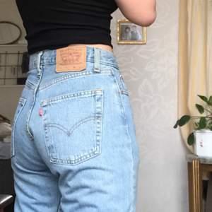 Raka jeans från Levis, är i väldigt fint skick:)