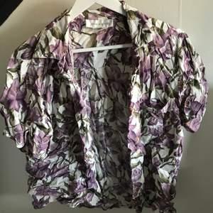 Hawaii skjorta i bra skick, behövs dock strykas en omgång, kan knäppas eller knytas. Köpt för ca 250kr🌺