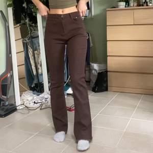 Mörkbruna jeans. Aldrig använa, endast prövade. Kan mötas i Stockholm. Jag på bilden är 165cm. ((Högsta bud: 500kr))