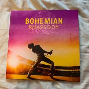 """Denna vinylskiva söker ett nytt hem. Det är soundtracket från filmen """"Bohemian Rhapsody"""" - ospelad och i nyskick! Intresserad? Kontakta mig gärna! Spana gärna in min profil för mer vinylskivor 🥰🥰"""