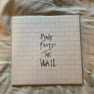 Denna Pink Floyd-skiva söker ett nytt hem! Den är ospelad och i nyskick, intresserad? Skriv gärna! Är ni intresserade av vinylskivor? Checka gärna in min profil ☺️✨