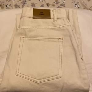 Jeans i offwhite, aldrig använda pga. alldeles för små för mig tyvärr.. Endast gjort ett försök till att testa dom!😅