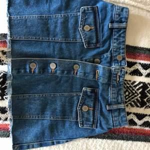 Jeans kjol från Zara. Den är kort och ganska tajt. Perfekt skick. Den är väldigt tajt uppe vid midjan