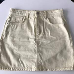 Säljer min ass coola paste kjol i jeans. Knapt använd o därav i väldigt bra skicka. Ca 400 kr k nypris. Stl.40