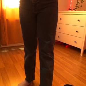 Ett par blåa jeans från hm som är raka. Dom passar min kusin som är 145 cm lång och de passar mig men de är lite korta och jag är 156 cm.