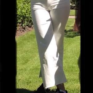 Vita högmidjade jeans från h&m. Använda en eller två gånger. Köparen står för frakten.