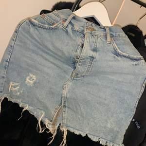 Ljusblå jeanskjol från Gina, extremt fin men tyvärr för liten för mig därför kommer den ej till användning. Nypris ca ca 400-500 :)