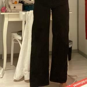 Säljer mina junkyard jeans som jag köpte här på plick då jag känner att dom är lite för korta för min smak. Jag är 170 och dom går till hälen på mig med ben.