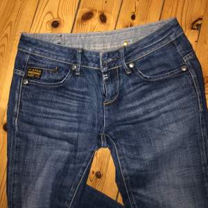 Lågmidjade mörkblåa jeans med små coola detaljer. Säljer då de är alldeles för små för mig💕 fraktpriset kan variera