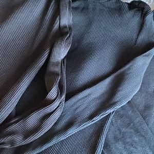Få fyra tröjor, tre har polokrage och är ribbade, en är det ett litet hål uppe under kragen, men syns inte:) få alla för 60!