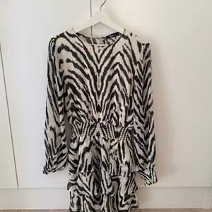 Aldrig använd klänning från Gina Tricot i stl 36.
