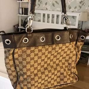 Gucci-inspirerad väska! Bra skick! Kommer inte till användning och vill göra plats hemma därav det låga priset! Frakt 66kr tillkommer!❤️
