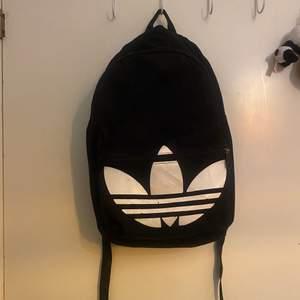 Cool och skön ryggsäck som får plats med allt! Möts eller så tillkommer frakt 😊