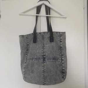 Väska i jeans med läderband. 40x45cm.