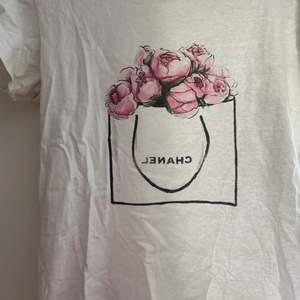 Skitsnygg tshirt med Chanel tryck. Köpt för ca 300 (tror jag) på en butik här i Göteborg. Skitsnnygg till blåa jeans men säljer pga för liten rynt bysten.