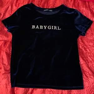 Mörkblå T-shirt i sammet från bershka i storlek xs. Nyskick. 🥰