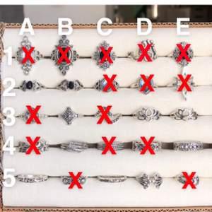 Snygga silvriga ringar i rostfritt stål. Varierande storlekar. På första bilden kostar raderna 1-2 40kr/st och 3-5 30kr/st. På andra bilden kostar raderna 1-4 20kr/st och rad 5 15kr/st. Frakt tillkommer på 12kr oavsett hur många du köper. Postar alltid samma dag om du swishar innan kl. 22:00😊 Snälla skriv inte om du inte tänker köpa<3 Först till kvarn!