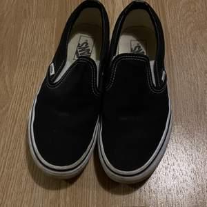 vans slip ons som är använda några gånger! I fint skick förutom en liten fläck uppe på skon som lätt går bort vid tvätt. köparen står för frakt 💖