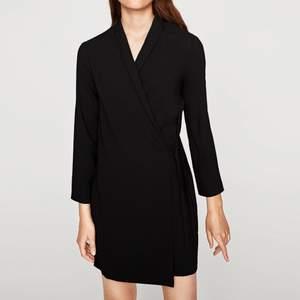 Paket med 2st svarta klänningar från Zara. Båda i XS. Ena är en omlottklänning i använt men gott skick. Andra är en skaterklänning/a-linjeklänning med öppen rygg i använt skick (ser dock inga märkbara ytliga defekter). Ord.pris ca 399.-/st
