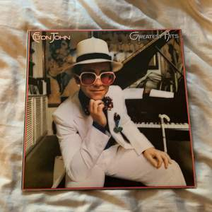 """Denna vinylskiva söker ett nytt hem! """"Elton John - Greatest Hits"""" originalskiva från 70-talet. Ska vara i gott skick enligt den tidigare ägaren ☺️ Spana gärna in min profil för mer vinylskivor ✨"""