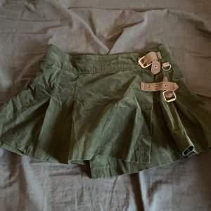 Armégrön kjol från bikbok, som är helt oanvänd då den är lite stor för mig. Utöver det lite kortare, skitsexig. Super fint material och knäppen på sidan så man kan dra åt!