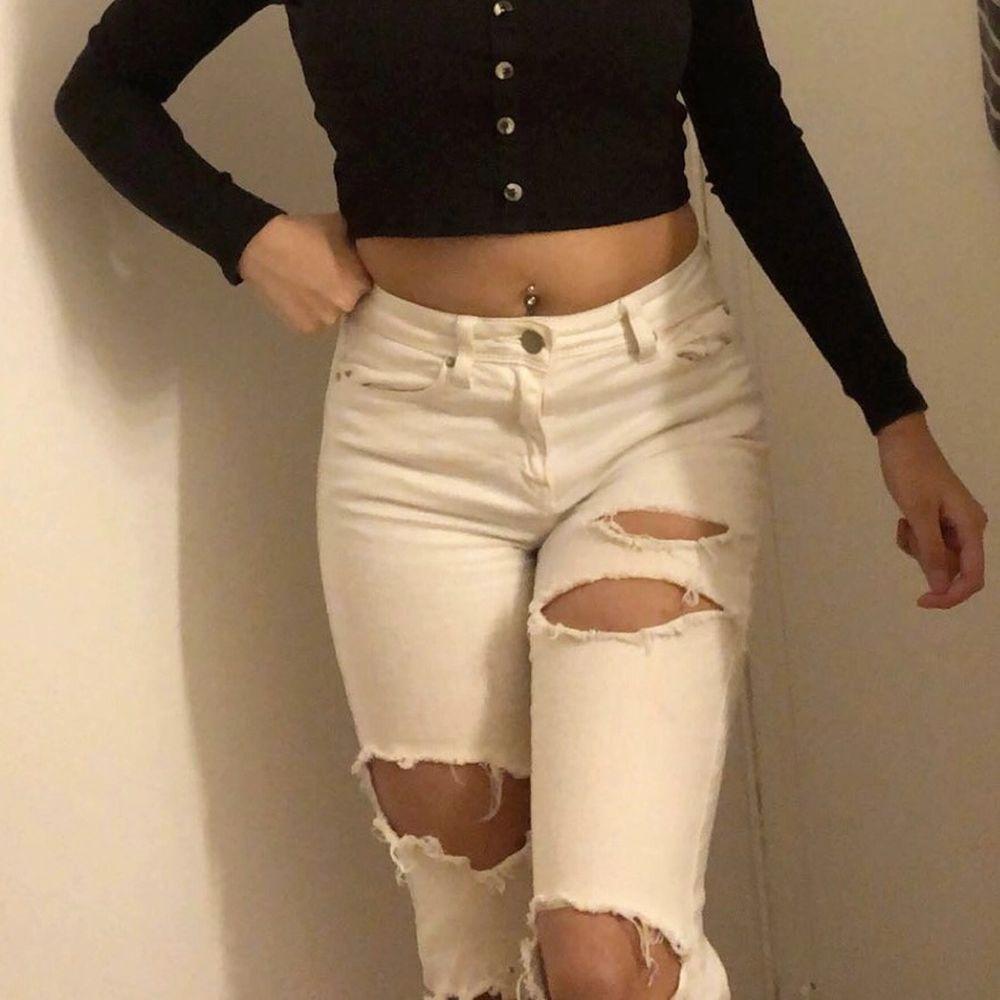 Vita skinny jeans med hål . Jeans & Byxor.