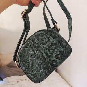 Väska från Prettylittlething i PU-läder. Väskan är i gott skick och axelbandet går att justera✨
