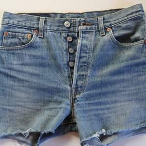 Vintage Levi's 501 jeansshorts i bra skick. Storlek W30. Sänkt pris! Först till kvarn! 😊