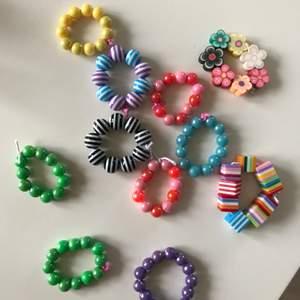 Super fina ringar som pimpar upp en outfit, gjort dom själv och finns fler på lager! 💕💕1 för 20kr eller 2 för 30kr