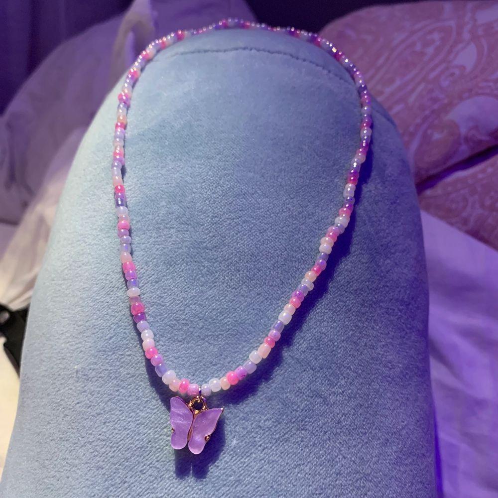 Ett jättegulligt halsband! Har två så säljer den ena💕💕 . Accessoarer.