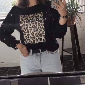 Säljer denna superfina tröjan med leopardmönster från Gina Tricot i storlek XS. Den är rätt stor i storleken så skulle vilja säga den passar en S också. I bra skick! Tveka inte på att kontakta mig vid eventuella frågor eller om fler bilder önskas! 🌟