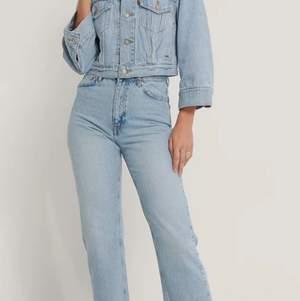 Ett par jeans som är använda ett fåtal gånger i en ljus blå färg, dom har inget tecken på användning och jag säljer dom på grund av att det var fel storlek för mig. Nypris är 349 men jag säljer dom för 250 efter som att dom bara har kommit till användning ungefär fem gånger❤️