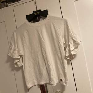 Vit T-shirt i storleken 170 men den är som en S. Kan skickas