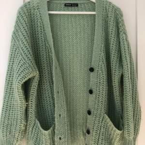 En grön tröja eller kofta kan använda den hur man vill❤️