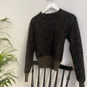 Grön tröja från Zara med smått leopardmönster. Helt slutsåld. Storlek: M men passar även S & XS  (jag är mellan XS-S).                                                                     Buda nere i kommentarerna! Högsta bud: