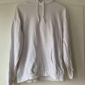 En fin vit hoodie från Cubus i storlek M. Jag har haft den som en oversized då jag är storlek S men skulle säga att den passar xs-m beroende på hur man vill att den sitter. Den är i lite tunnare material vilket jag kan tycka är skönt att ha på en sommarkväll eller liknande. Den är använd ett fåtal gånger och i mycket fint skick. Säljs pga att den inte används längre då jag har andra vita hoodies💕💕