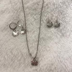 Hello kitty smycken som jag gör själv. REA: 50kr/st+frakt eller 2 för 85+frakt! Går att välja mellan ring eller krok till örhängena