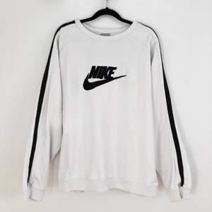 Sjukt snygg äkta Nike sweatshirt!! Knappt använd och jättefint skick, säljer då jag har för många sweaters. Köparen står för frakt 🤍 Sitter perfekt oversized på mig som har S/M 🤍