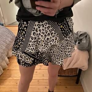 Från zara. Inbyggda shorts och ser lite ut som shorts där bak fast tyget sitter rätt löst. Bra skick!