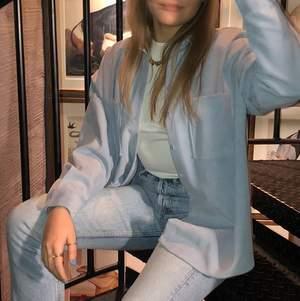 Skitsnygg blå skjorta från Zara. Köptes förra året och endast använd ett fåtal gånger. Kontakta mig gärna om det önskas fler bilder! NUVARANDE BUD: 120kr
